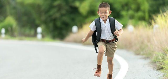 Kind rennt fröhlich zur Schule