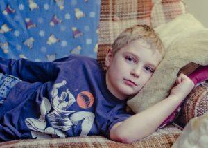 Kind liegt auf Sofa, Probleme