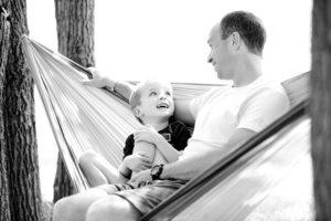 Mann spricht mit Kind