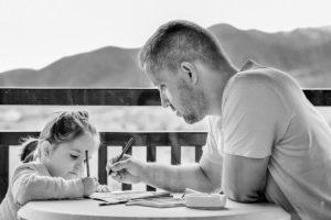 Kind und Vater lernen gemeinsam