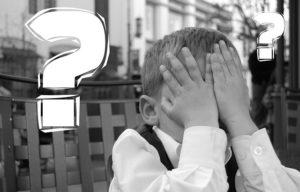 Kind fragt sich nach dem Warum