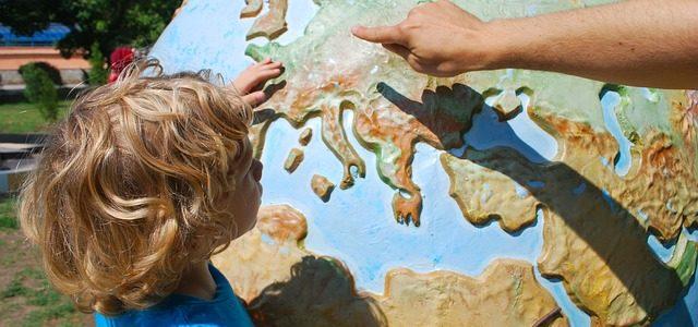 Kind lernt an einem Globus